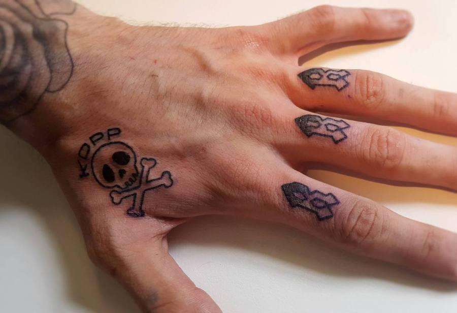 votre tatouage main ou tatouage doigts à nancy - crock'ink tattoo